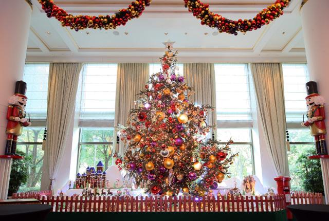 每一年的半岛圣诞季都是我特别期待的一件事~因为每一年,半岛在酒店圈,都是玩得最大最High的那一家,前年的人工降雪,滑冰场,去年的无敌巨大雪人门僮,都赚足了眼球,霸占了各家媒体头条! 半岛酒店的整栋大楼,都被红绿的圣诞色装点的分外喜庆热闹,闪亮的雪花,大大小小的圣诞花环,mini Cooper车队的圣诞装饰都极尽缤纷逗趣。 除了流光溢彩的圣诞树和震撼人心的姜饼村。在这里,还能够享用尽显节日气氛的下午茶,独一无二的的主题午晚餐,还有超高颜值的手工圣诞水果蛋糕、圣诞布丁哦~